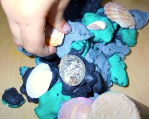 Knete und Muscheln